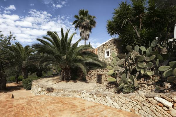 Charming, completely renovated finca in an idyllic location close to Ibiza centre and Salinas